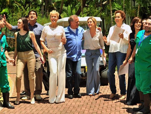 Isabelle Drummond, Zeca Camargo, Xuxa, Chico Resende, Adriana Esteves, Claudia Jimenez e Glória Pires (Foto: Rede Globo/João Miguel Júnior)