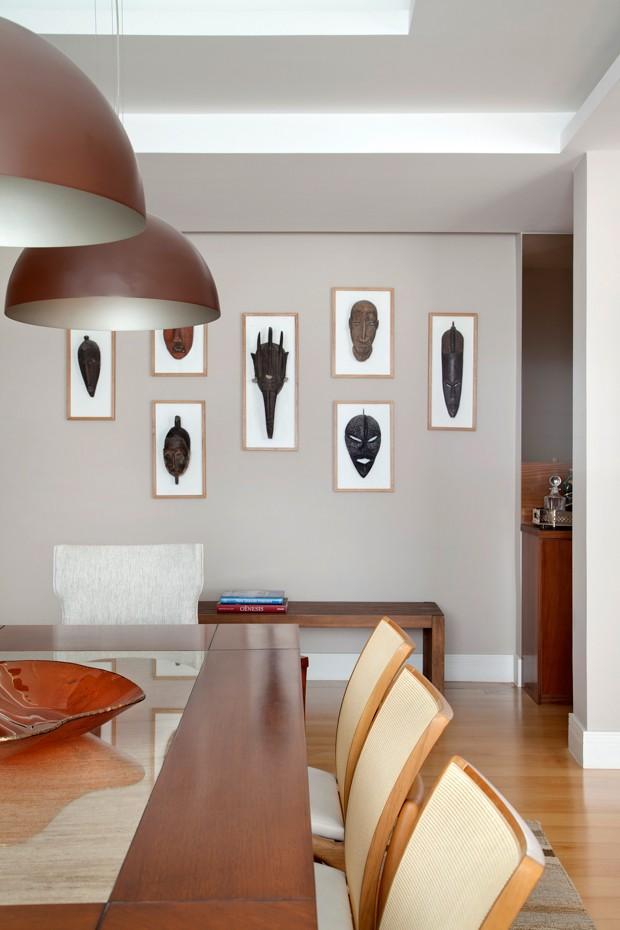HALL DE ENTRADA | A coleção de máscaras africanas foi construída ao longo da carreira de antropólogo do morador. A ideia de Bianca foi exibi-la no hall de entrada do apartmento (Foto: Denilson Machado - MCA Estúdio/Divulgação)