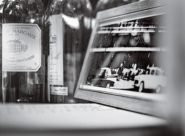 No porta-retratos, perto de garrafas de Château Margaux, fachada do Fasano em seu primeiro endereço, no prédio do Conjunto Nacional, em São Paulo, em meados dos anos 50 (Foto: Rogério Voltan/Editora Globo)