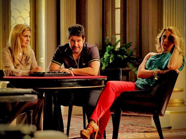 Tufão acredita na história de Carminha e pede o dinheiro a Ivana, que cede a contragosto (Foto: Avenida Brasil/ TV Globo)