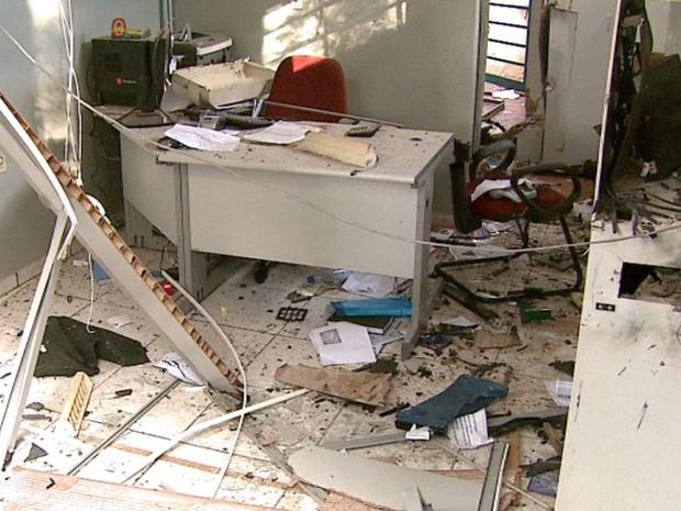 Prédio teve parte da estrutura destruída com explosão de caixa em Santa Lúcia (Foto: Paulo Chiari/EPTV)