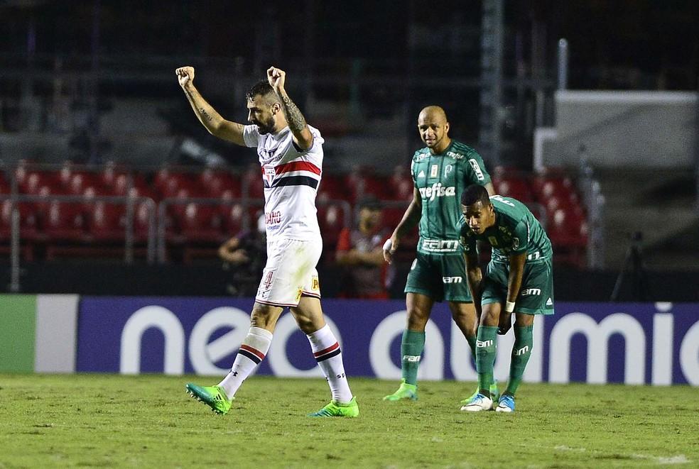 Pratto comemora o primeiro gol tricolor no Morumbi, no sábado (Foto: Marcos Ribolli)