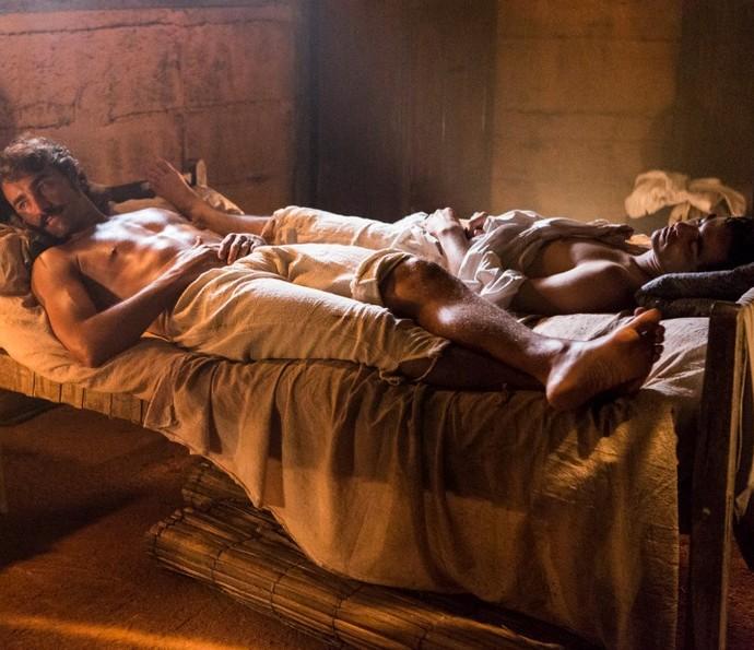 André e Tolentino dividem a mesma cama após confusão em bordel (Foto: Ellen Soares/TV Globo)