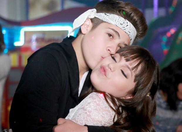 Bia Jordão ganha beijinho de João Guilherme, seu irmão em novela (Foto: Divulgação)
