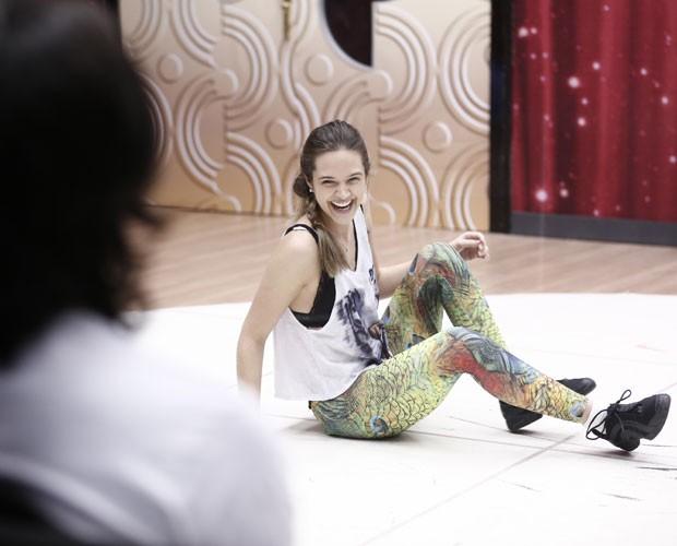 Juliana Paiva é observada por Rodrigo Simas  (Foto: Inácio Moraes/ TV Globo)