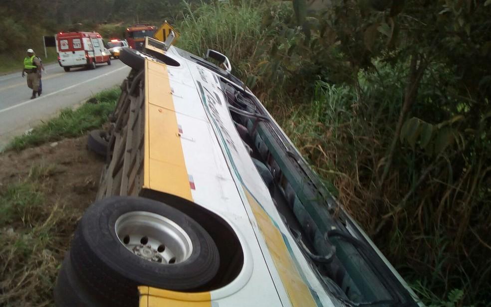 Acidente entre ônibus e carreta deixou três mortos e 30 feridos na BR-265 em Barbacena (Foto: Corpo de Bombeiros/Divulgação)
