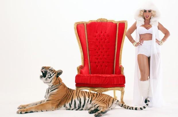 Valesca Popozuda posa com tigre em clipe (Foto: Pardal Produções / AgNews)