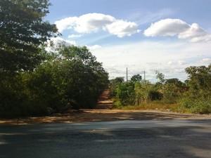 Estrada rural por onde ex-militar fugiu (Foto: Michelly Oda / G1)