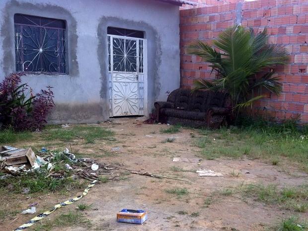 Vítima estava dormindo em sofá quando foi atingida por dois tiros (Foto: Camila Henriques/G1 AM)