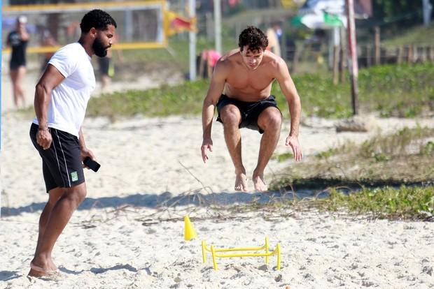Daniel de Oliveira fazendo treino funcional na praia (Foto: Dilson Silva / Agnews)