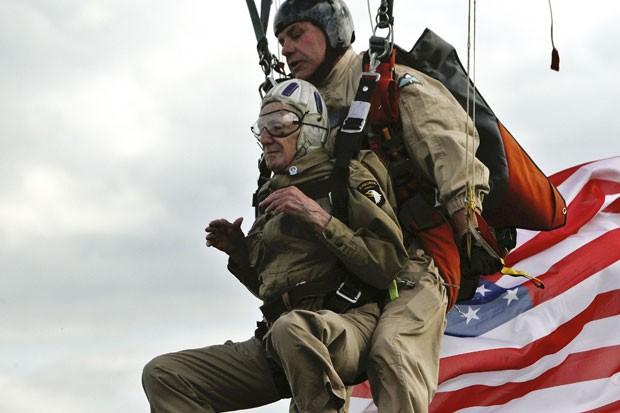 Jim Martin, de 93 anos, veterano da Segunda Guerra Mundial realizou um salto de paraquedas nesta quinta-feira (5) sobre a praia de Utah, no oeste da França, como parte da comemoração pelo 70º aniversário do dia do Desembarque do Dia D da II Guerra Mundial (Foto: Thibault Camus/AP)