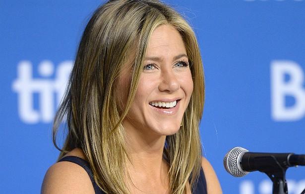 """Jennifer Aniston tem o nome """"Norman"""" tatuado no pé direito. É uma homenagem a seu cachorro morto em 2011. (Foto: Getty Images)"""
