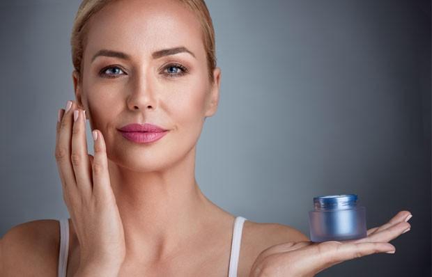 Na faixa dos 30, a dermatologista indica reforçar a hidratação com ácido hialurônico e a fotoproteção deve vir acompanhada de antioxidantes (Foto: Thinkstock)
