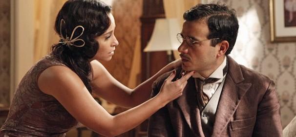 Glória conta para Josué que outro coronel montará casa para ela (Foto: TV Globo)