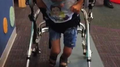 De volta, mãe celebra cirurgia de filho com doença rara nos EUA: 'Tudo bem'