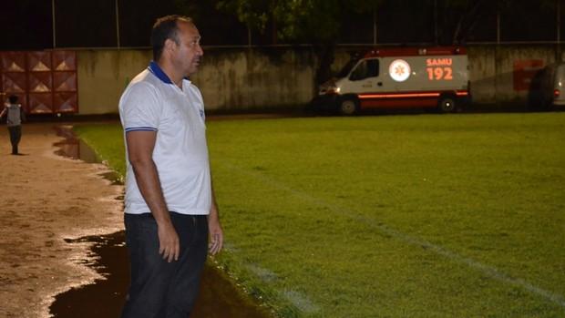 O técnico do São Raimundo-RR, Chiquinho Viana, possui sete jogadores afastados por lesões em apenas dois jogos no returno (Foto: Rodrigo Litaiff)