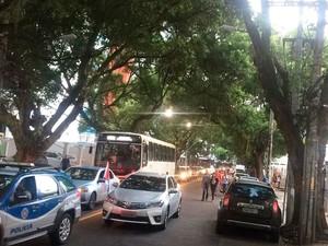Trânsito congestionado no Corredor da Vitória (Foto: Alan Tiago Alves/G1)