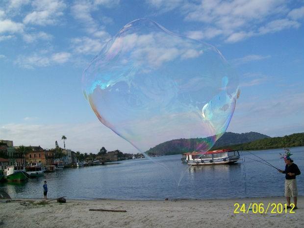 Johson conta que desde criança gostava de fazer bolhas gigantes  (Foto: Arquivo pessoal)