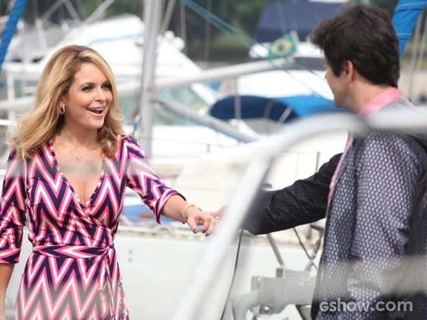 Jonas pede desculpas para amada e a leva a um passeio de barco (Foto: Pedro Curi/TV Globo)