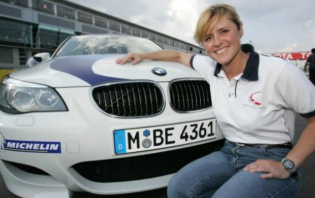 Sabine Schmitz posa ao lado do carro de 500cv que a tornou famosa em Nürburgring (Foto: Reprodução / Facebook)
