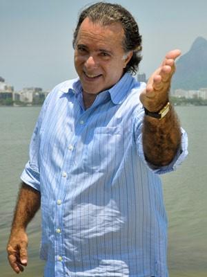 Tony não perde uma cena da vilã de Avenida Brasil (Foto: Avenida Brasil / TV Globo)