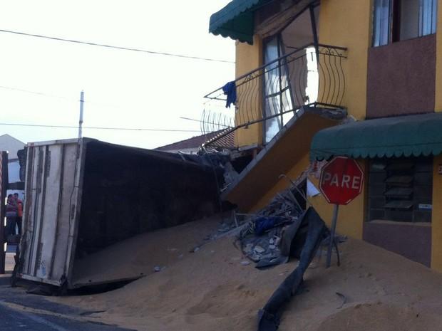 Caminhão estava carregado de farelo (Foto: Renata Wistuba / Arquivo Pessoal)