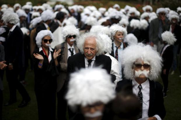 Por recorde, grupo se vestiu como o físico alemão Albert Einstein (Foto: Lucy Nicholson/Reuters)