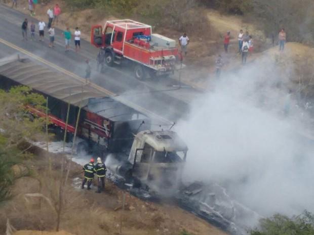 Carreta que transportava sal pega fogo na BR-242 (Foto: Divulgação/Corpo de Bombeiros)