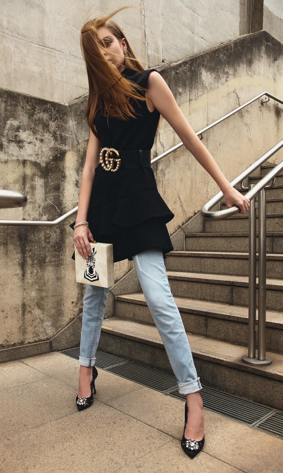 Vestido, R$ 11.700, Louis Vuitton; calça, R$ 268, John John. Cinto, R$ 4.620, Gucci; clutch, R$ 2.730, Isla; escarpins, R$ 4.100, Dolce & Gabbana; brinco, R$ 7.690, e pulseiras, a partir de R$ 15.190, tudo Talento (Foto: Higor Bastos)