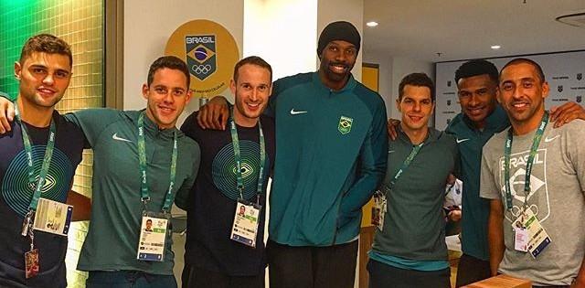 Serginho, Tiago Pereira basquete na Vila durante a cerimônia de abertura da Olimpíada no Maracanã (Foto: Instagram)