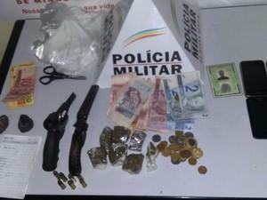 Drogas, munições e dinheiro foram apreendidos. (Foto: reprodução/Polícia Militar)