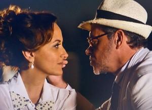 Duque tenta beijar Guiomar (Foto: Flor do Caribe / TV Globo)