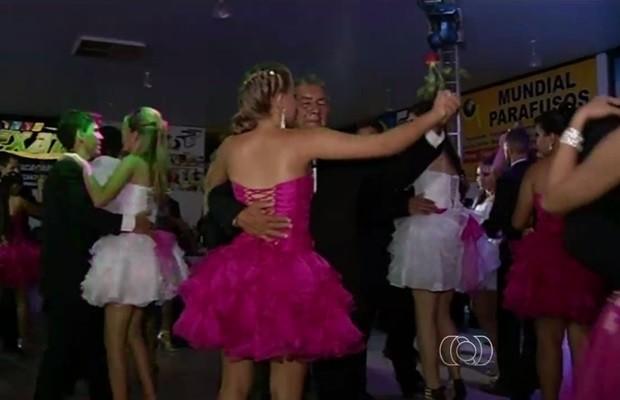 Garotas ganharam festa de debutante em Porangatu, Goiás (Foto: Reprodução/TV Anhanguera)