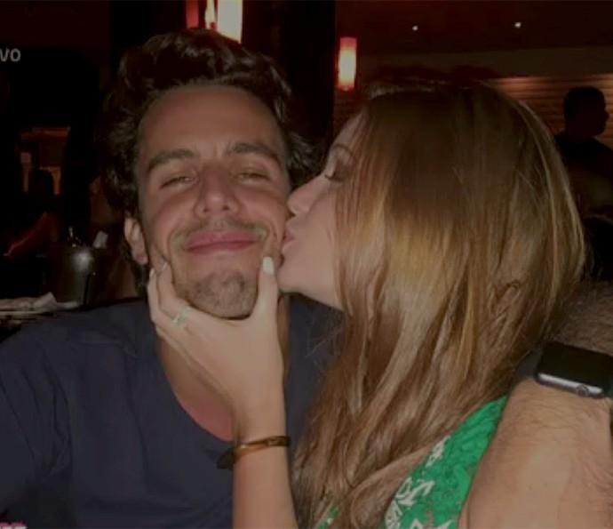 Marina Ruy Barbosa dá um beijinho no namorado (Foto: Vídeo Show / Gshow)
