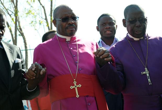 Bispos sul-africanos rezam por Nelson Mandela nesta sexta-feira (14) (Foto: Alexander Joe/AFP)