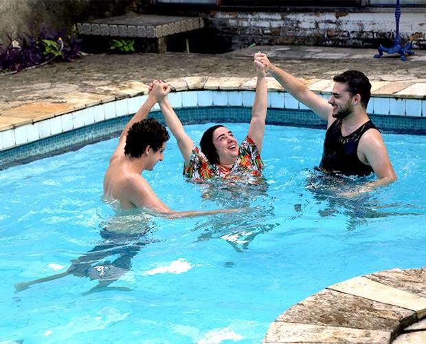 Mariza se diverte na piscina (Foto: Amanda Magalhães/Gshow)