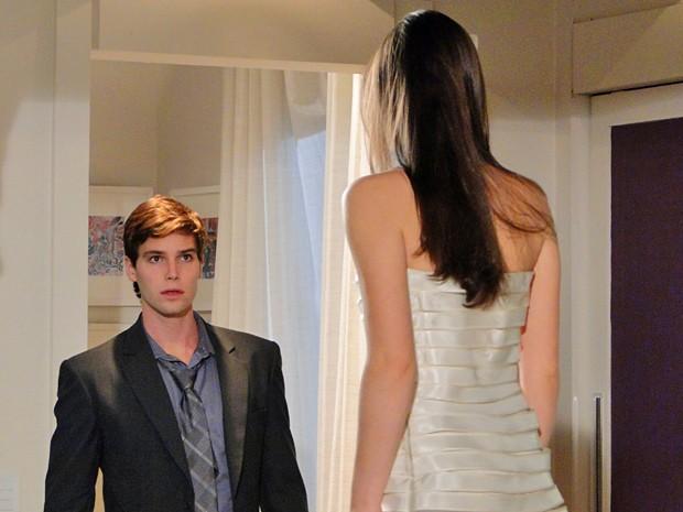 A noiva do dia é Cida e Conrado fica completamente bobo por ela (Foto: Cheias de Charme/ TV Globo)