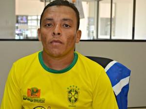 Eladio Almeida diz que foi acordado com arma na cabeça  (Foto: Tácita Muniz/G1)