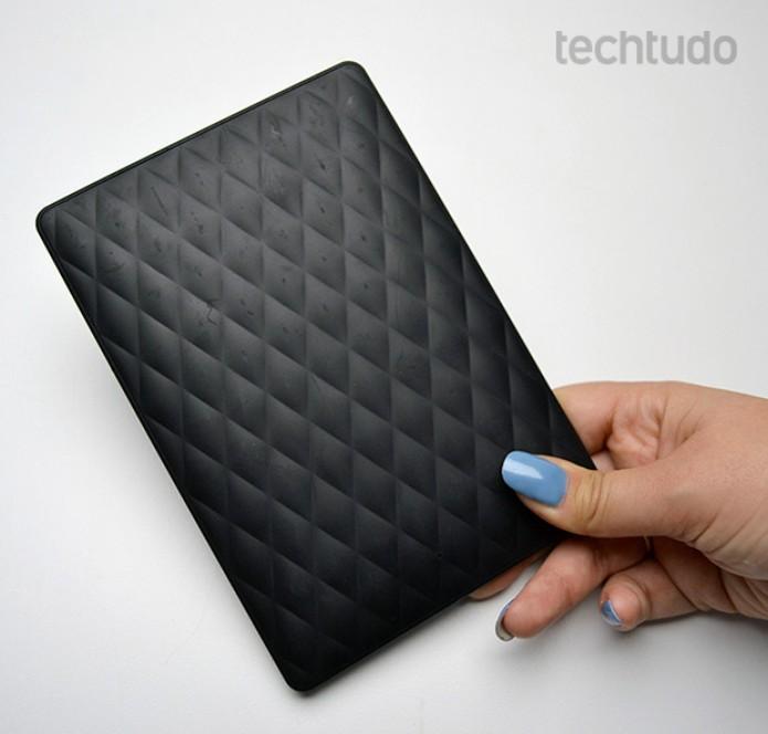Traseira do Kobo Touch é emborrachada e texturizada (Foto: Stella Dauer/TechTudo)