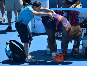 Serena Williams recebe atendimento após sentir dores nas costas (Foto: AFP)