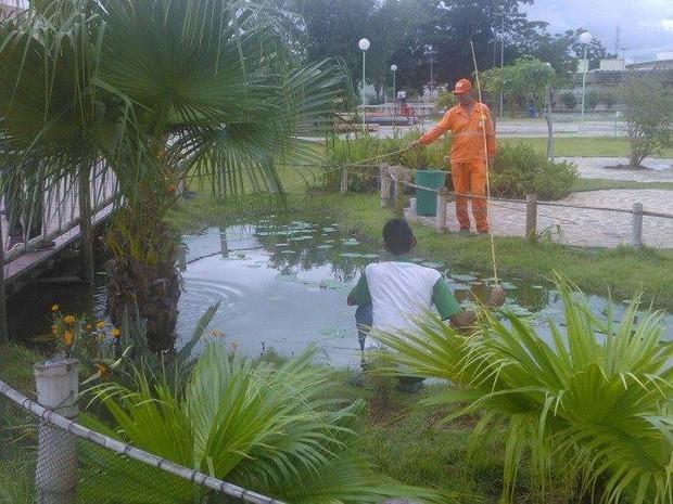Funcionário da Prefeitura de Jacareí pesca em parque municipal. (Foto: Felipe Frederico)