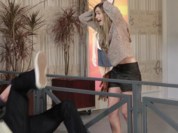 Kiko se desequilibra e cai pela grade do vão central da Charlô´s (Foto: Guerra dos Sexos/ TV Globo)