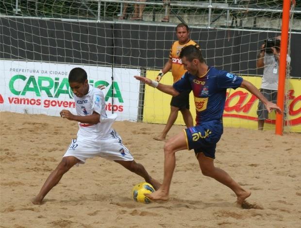 Rui, de Vila Velha, divide bola com Erik, de Vitória (Foto: Divulgação/Pauta Livre)