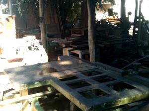 Fábrica de móveis rústicos pega fogo em Uberlândia (Foto: Fernanda Torquato/ G1)