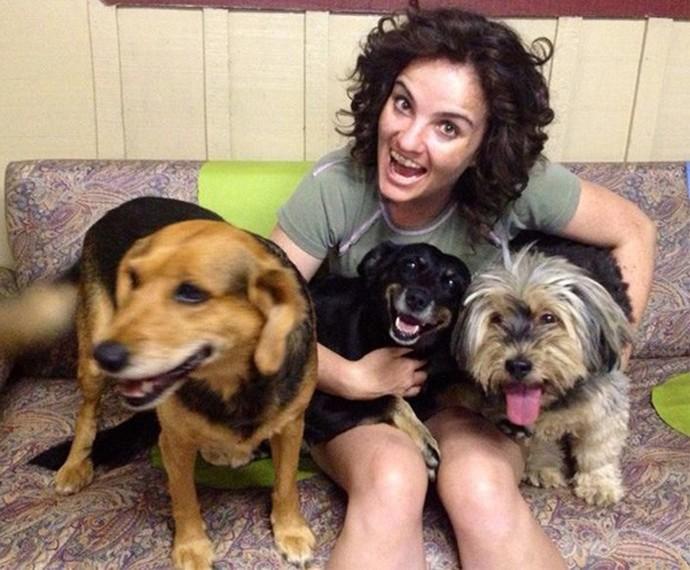 Michelly e seus cachorros: a Kika (à esquerda) infelizmente morreu, mas a Pictchula (preta) e o Marlei (direita) continuam com ela (Foto: Reprodução/ Redes Sociais) (Foto: Reprodução/Redes Sociais) (Foto:  Reprodução/Redes Sociais)