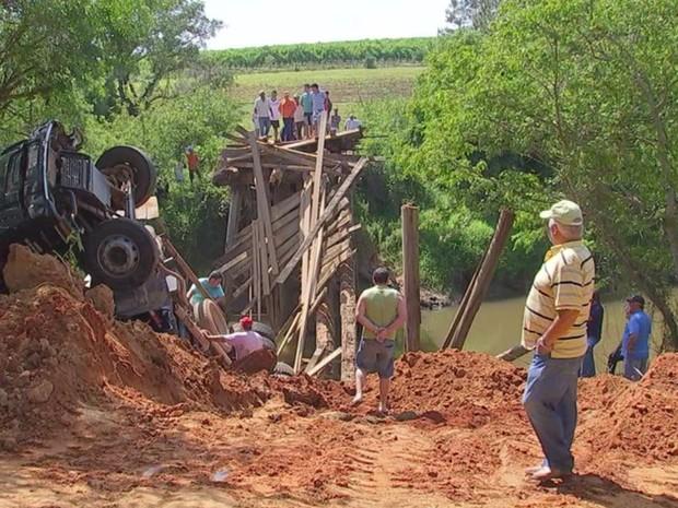 Moradores dizem que estrutura estava prestes a cair há anos (Foto: Reprodução/ TV TEM)
