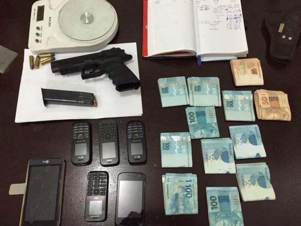 objetos, arma e dinheiro apreendidos durante operação em MS (Foto: Divulgação Polícia Civil/MS)
