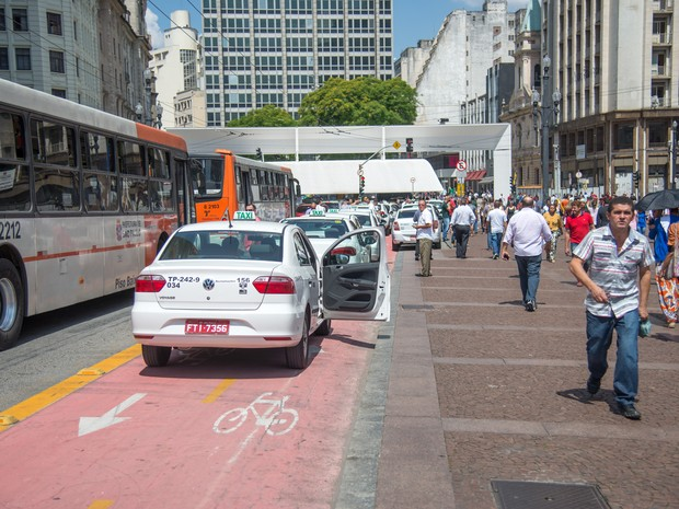 Taxistas estacionaram em frente à Prefeitura para protesto contra regulamentação (Foto: Gustavo Gerchmann/Raw Image/Estadão Conteúdo)