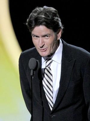 O ator Charlie Sheen durante apresentação no Emmy (Foto: AP)