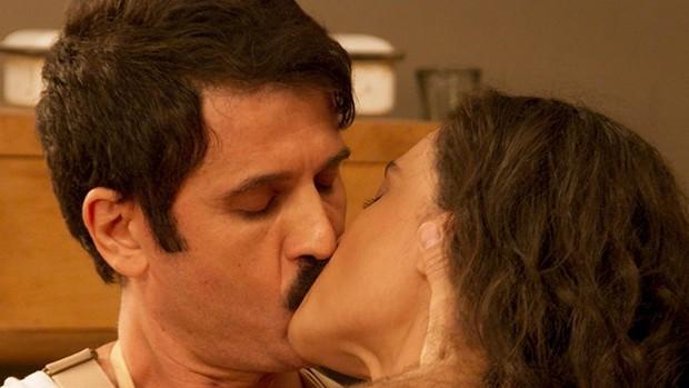 Êta Mundo Bom: Ernesto chama Filomena para salão (Globo)